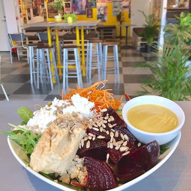 Ny sallad på Materia. Rostade rödbetor, quinoa, hummus, fetaost och en smarrig senapsvinegrette. #rödbetssallad #hummus #materiamajorna #materiapopup