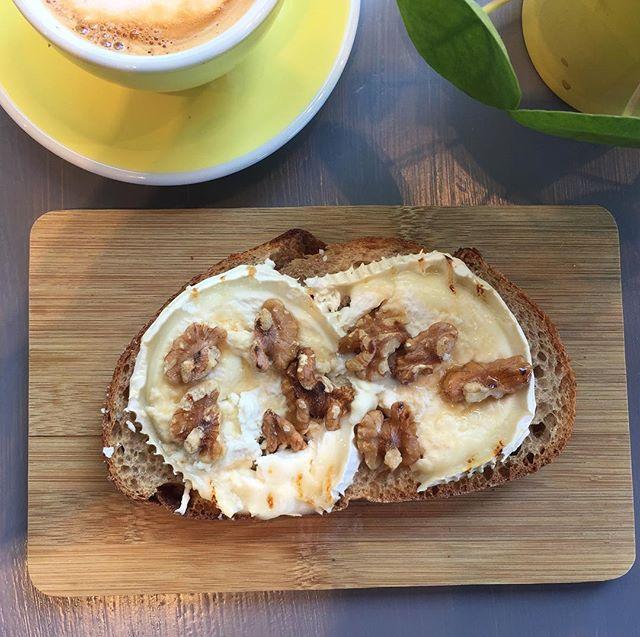 Nyhet på Järntorget! Grillad macka med Chèvre, valnötter och honung, ett lyxigt mellanmål eller gott eftermiddagsfika. Kom in och prova!