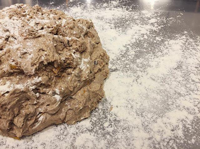 Regn ute och bakstuga inne! kom in på en nybakt biscotti med fikon, kanel, russin, valnötter och apelsinskal!