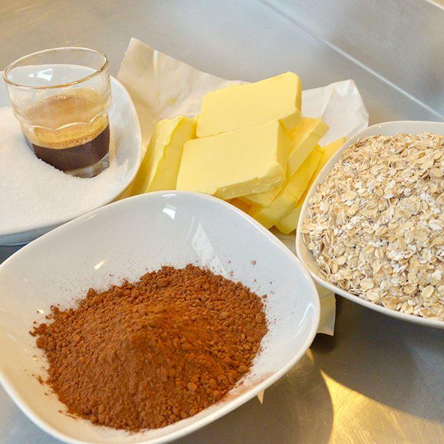 Smör, socker, havregryn, kakao och espresso blir en supergod chokladbollssmet som vi rullar i kokos. Vi bakar och lagar allt vi serverar från grunden på goda och bra råvaror. Inga konstigheter #materiamajorna #chokladboll
