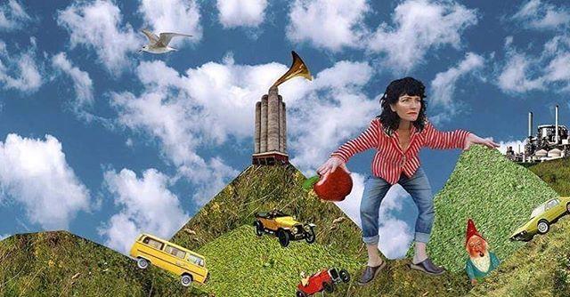 """Surrender Dorothy spelar på Korv Kioskstaket idag den 5 maj kl 14. """"Mer musik till folket!"""" tänkte vi och bokade en spelning på Mariaplans korvkiosktak!Det här med att spela på tak är ju egentligen underskattat, även om just detta tak är i minsta laget. Vi kommer att lira låtar från albumet Ballyhoo Music och med det sprida musik, glädje, och gemenskap över Majorna/Kungsladugård. Den 5 maj klockan 14, på taket, kommer Surrender Dorothys musik ljuda över Mariaplan. Missa inte detta! (OBS: Vid regn skjuts spelningen fram.)Jenny Lundin: Sång, gitarrHenrik Pilen Pilquist: GitarrMathias Gian Kündig: BasAbbe Abrahamsson: Trummor"""