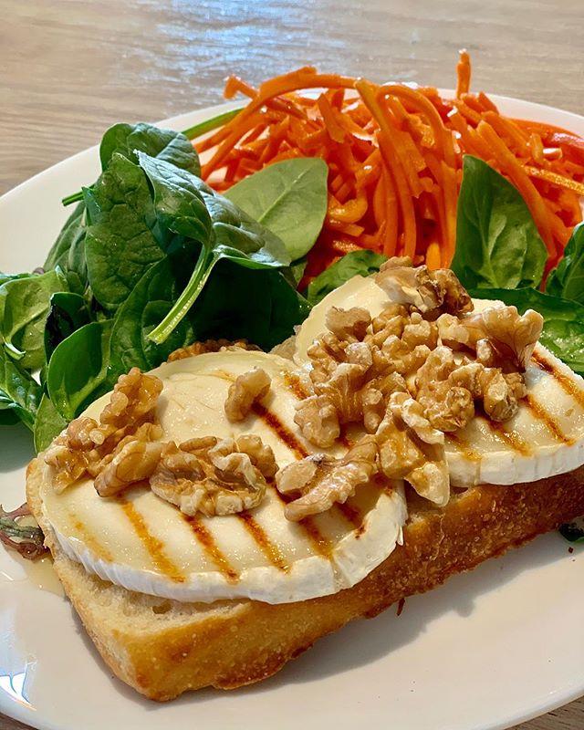 Favoritlunch idag. Grillad Chevremacka med honung och valnötter samt ingefärspicklade morötter och sallad