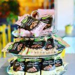Hos oss hittar du bra snacks. Bl.a. mandlar, mullbär och ingefära med täcke av mörk choklad. Veganska